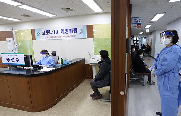 대기 중인 보건소 관계자와 요양시설·병원 종사자.