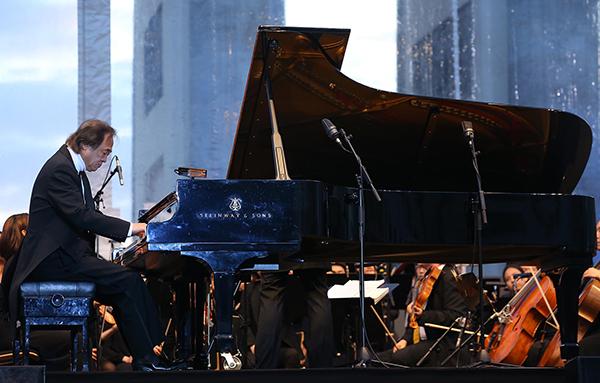2015년 8월 독일 베를린 브란덴부르크문 앞에서 열린 유라시아 친선특급 폐막 음악회에서 피아니스트 백건우가 오케스트라와 함께 연주를 하고 있다.