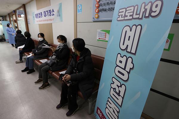 26일 오전 서울 도봉구 보건소에서 코로나19 백신 예방 접종이 진행되고 있다. 만 65세 이하 요양병원·시설 종사자들이 접종 순서를 기다리고 있다.