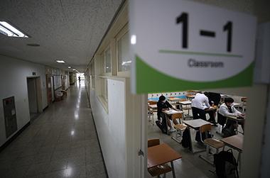 수업 준비 중인 서울 용산구 용산고등학교 학생들