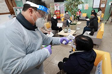 지난 26일 오전 부산진구보건소에서 요양병원 종사자들이 코로나19 아스트라제네카(AZ) 백신 1회차 접종을 위해 대기하고 있다.