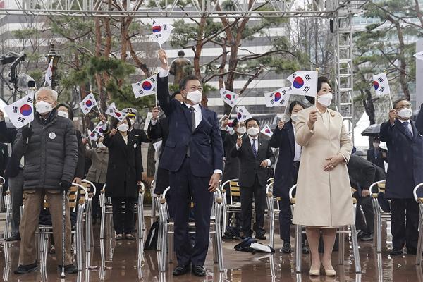 문재인 대통령이 1일 오전 서울 종로구 탑골공원에서 열린 제102주년 3·1절 기념식에서 참석자들과 함께 태극기를 흔들고 있다. (사진=청와대)
