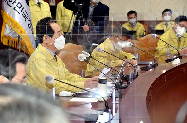 정세균 국무총리가 2일 정부서울청사에서 열린 코로나19 중대본 회의를 주재하고 있다.