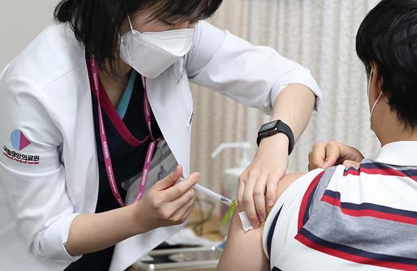 지난달 27일 서울 국립중앙의료원 중앙접종센터에서 의료기관 의료진들을 대상으로 한 화이자 백신 접종이 시작됐다.