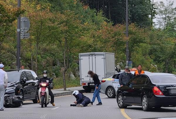 이륜차가 불법 유턴을 하며 차량과 충돌해 이륜차 운전자가 크게 다쳤다.