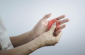 손 관절이 아파서 주무르는 모습.