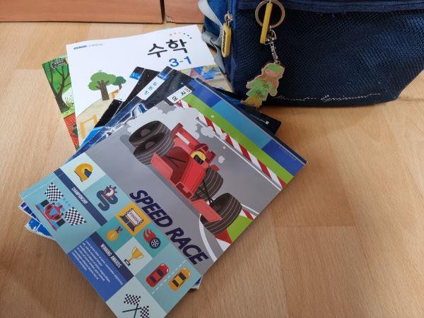 2021년 첫 등교를 위해 아이의 책가방을 함께 확인해줬다. 벌써 3학년이 되었다는 사실이 새삼 놀라웠.