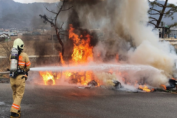 지난달 24일 논·밭두렁 소각으로 불이 번진 화재 현장에서 소방관이 진화작업을 벌이고 있다.(사진=강화소방서)