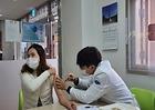아스트라제네카 백신을 맞고 있는 사회복지사