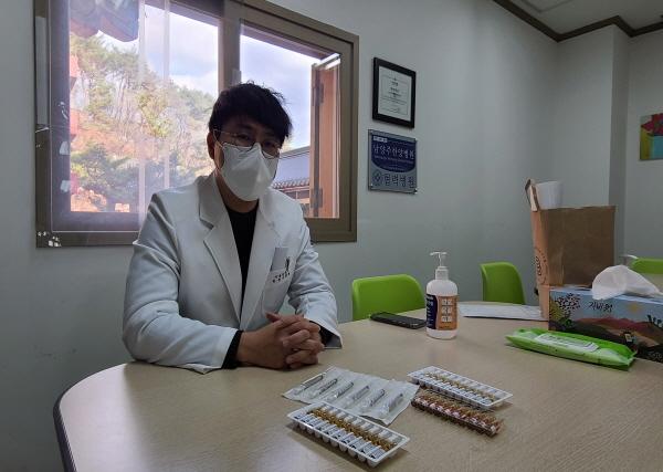 """오늘 백신을 주사한 이찬용 선생님은 """"백신의 안정성을 믿고 안심하고 백신을 맞으세요!""""라고 권고한다."""