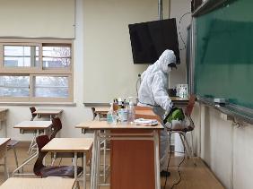 교문을 들어서면 등교하는 학생들의 발열검사를 위해 대형천막이 쳐져 있다.