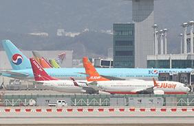 코로나19 여파로 운항이 중단된 항공기들이 인천국제공항에 서 있다.(사진=저작권자(c) 연합뉴스, 무단 전재-재배포 금지)