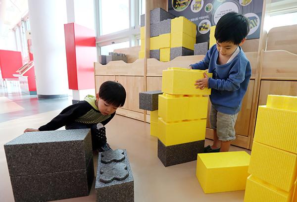 어린이들이 블럭쌓기 놀이를 하고 있다.