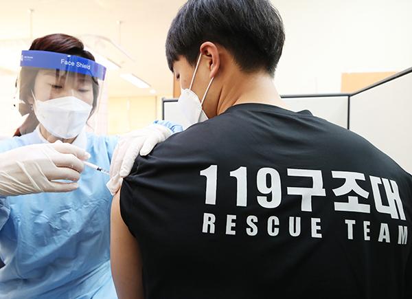 3일 오전 경기도 여주시보건소에서 여주소방서 119 구급대원이 코로나19 아스트라제네카(AZ) 백신 접종을 받고 있다.