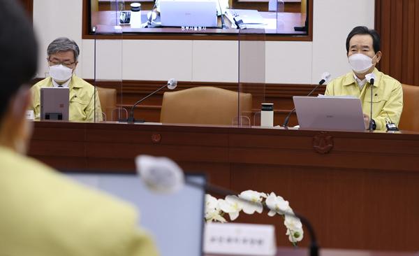 정세균 국무총리가 5일 정부서울청사에서 열린 코로나19 중대본 회의를 주재하고 있다.