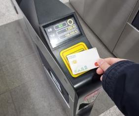 광역 알뜰 교통카드를 사요해 대중교통을 이용하는 모습