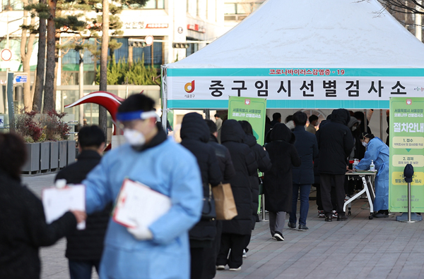 서울 중구 서울광장에 마련된 코로나19 검사 채취를 위한 중구 임시 선별검사소에서 시민들이 검사를 받기 위해 대기하고 있다.
