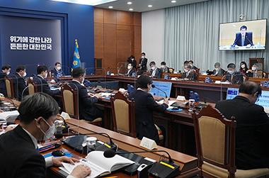 8일 청와대-정부세종청사-정부과천청사 간 영상회의로 진행한 2021년 행정안전부 업무보고.