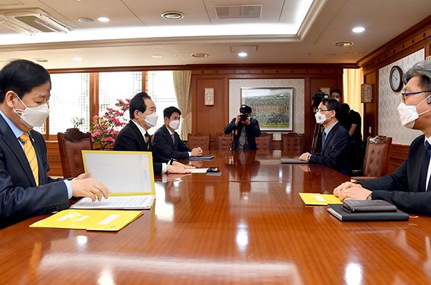 정세균 국무총리(왼쪽 첫번째)가 8일 정부서울청사 집무실에서 남구준 국수본부장(오른쪽)을 만나고 있다.