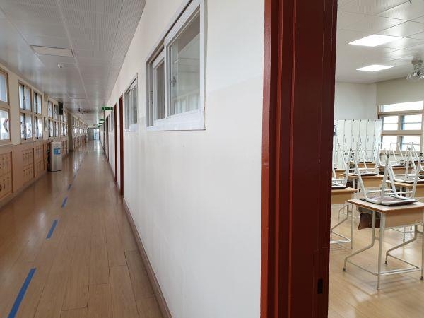 원격수업을 하는 교실에는 학생들이 없다.