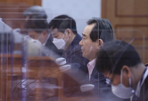 정세균 국무총리가 14일 정부서울청사에서 열린 LH 후속조치 관계장관회의를 주재하고 있다.