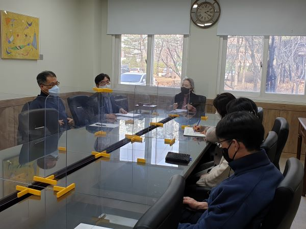 원격수업운영위원회가 대책회의를 열고 있다.