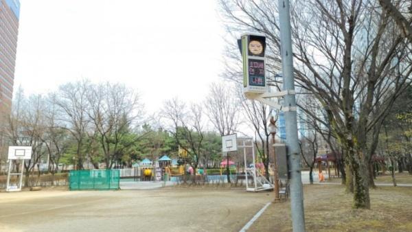 대구시 달서구 동네 공원에 미세먼지 신호등이 설치되어 있다