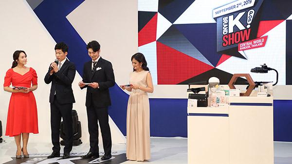 박지성 '브랜드K' 홍보대사가 2019년  9월 태국 방콕에서 열린 런칭 행사에서 사회자들과 제품 소개를 하고 있다.(사진=저작권자(c) 연합뉴스, 무단 전재-재배포 금지)