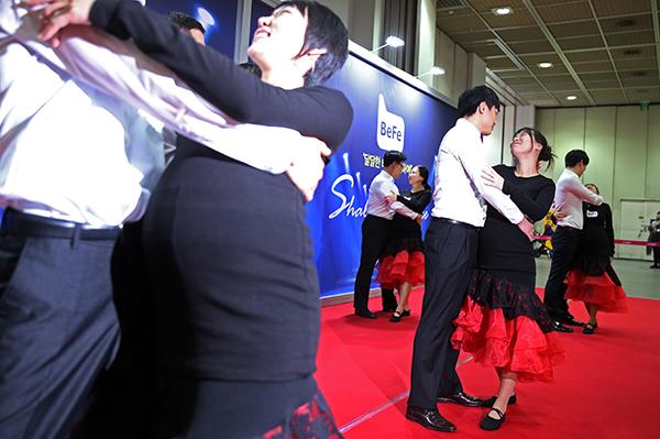 예비아빠와 만삭의 아내가 함께 탱고 춤동작을 배우고 있다.