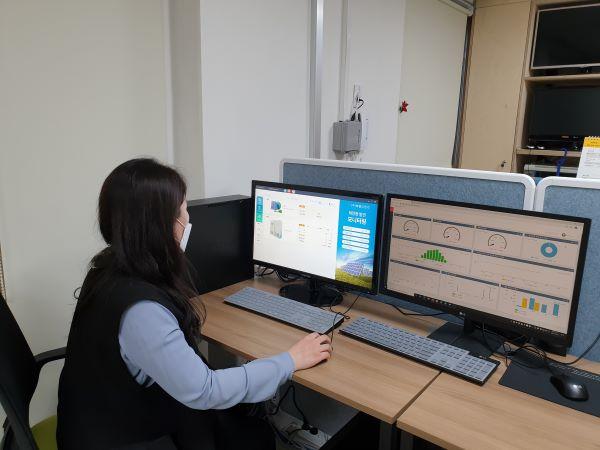 권민경 원장이 태양광 패널 프로그램을 모니터링하고 있다.