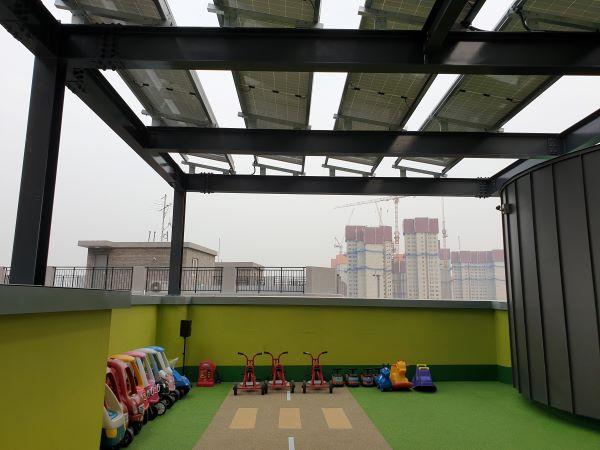 옥상에 태양광 패널이 있다.
