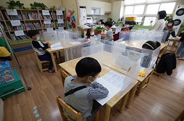 서울의 한 초등학교에서 학생들이 돌봄교실 수업을 듣고 있다.
