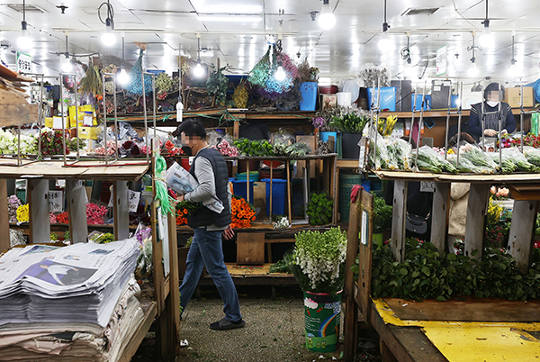 코로나19로 꽃 수요가 급감하면서 화훼농가들이 어려움을 겪고있다. 사진은 한산한 모습의 서울 남대문 꽃 도매상가.(사진=저작권자(c) 연합뉴스, 무단 전재-재배포 금지)