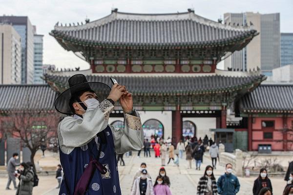 삼일절 연휴인 2월 28일 오후 서울 종로구 경복궁을 찾은 한 외국인이 한복에 마스크를 쓰고 궁 건축물을 휴대전화로 찍고 있다.(사진=저작권자(c) 연합뉴스, 무단 전재-재배포 금지)