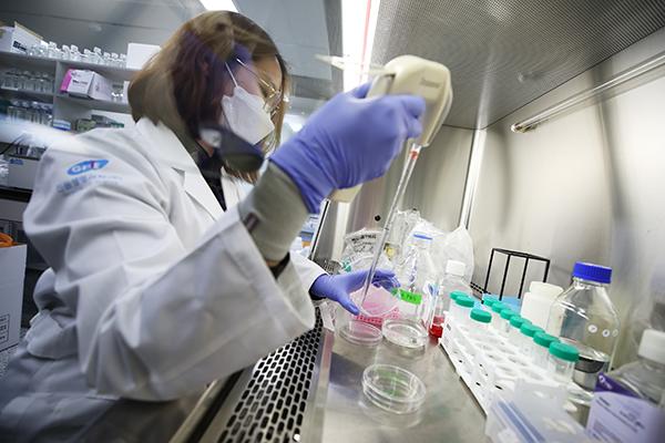 서울 강남구 진원생명과학 연구소에서 연구원이 코로나19 백신 개발 관련 연구를 하고 있다.