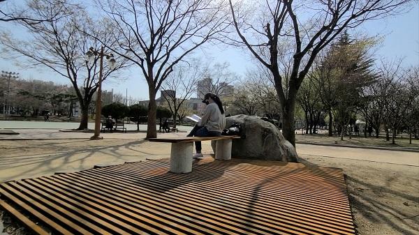 도서관 앞에 놓인 아트벤치는 많은 시민들이 이용하고 있었다.