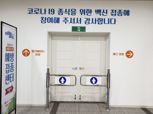 출구 방향에 전용 엘리베이터와 전용 계단이 있다.