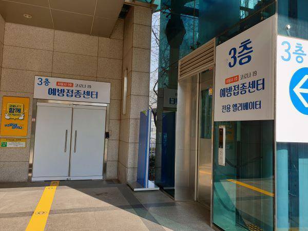 센터 입구에 전용 엘리베이터가 있다.