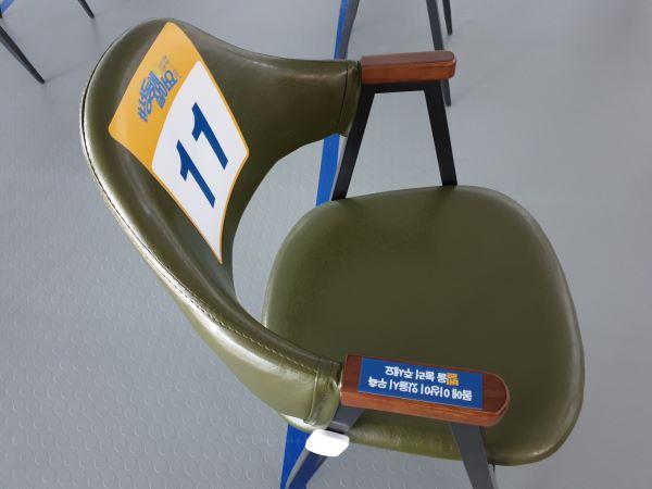 모니터링실 의자 우측에 벨이 달려 있다.