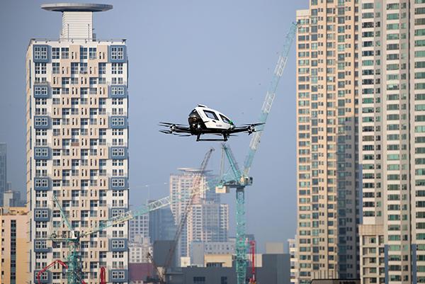 지난해 11월 16일 대구 수성구 수성못 상공에서 드론택시가 비행하고 있다. 이날 비행은 드론택시 서비스 도입을 위한 도심항공교통(UAM) 비행 실증차원에서 실시됐다.(사진=저작권자(c) 연합뉴스, 무단 전재-재배포 금지)