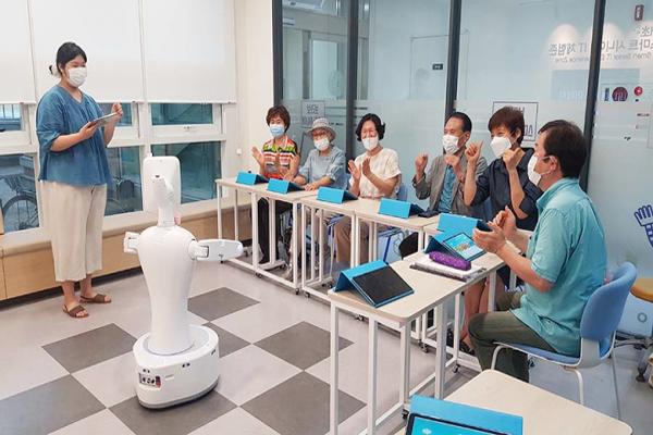 서울 서초구는 AI 감성봇으로 어르신들의 맞춤 돌봄 서비스를 추진하고 있다. (사진=서초구청)