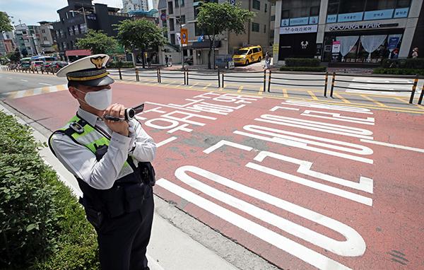 서울 성북구 정덕초등학교 앞 어린이보호구역 도로에서 경찰이 교통법규 위반 차량을 단속하고 있다.