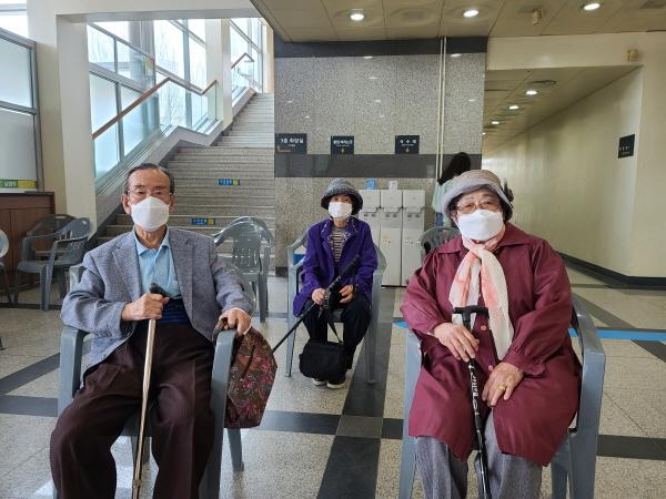 화도읍에서 백신을 맞으러 오신 90세가 넘으신 어르신 부부는 백신에 대한 만족감을 이야기하신다.