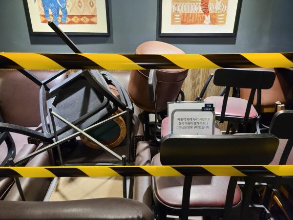 사회적 거리두기로 인해 좌석이 철거된 카페