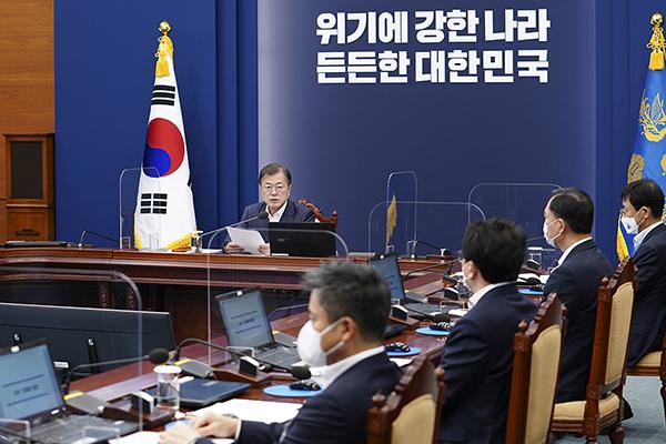 문재인 대통령이 5일 오후 청와대에서 열린 수석·보좌관회의에서 발언하고 있다.
