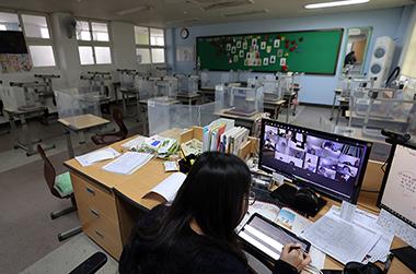 서울 노원구 용원초등학교에서 한 교사가 교실에서 원격수업을 하고 있다.