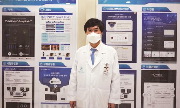 3월 11일 오전 서울 송파구 아산생명과학연구원 1층에 있는 '닥터앤서 체험관'에서 김종재 원장이 닥터앤서 연구개발의 의미를 설명하고 있다.