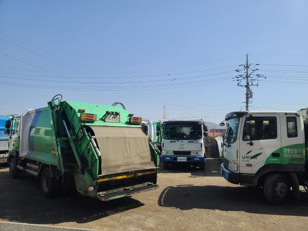 저상청소차 도입으로 쓰레기 옮겨 싣기가 조금은 수월해졌다.