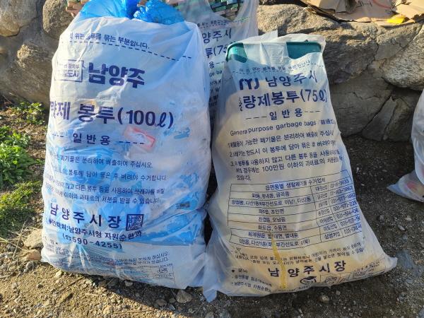 75L 종량제 봉투에 청테이프를 이용해 100L 종량제 봉투와 크기가 비슷하게 쓰레기가 담겨져 버렸다.