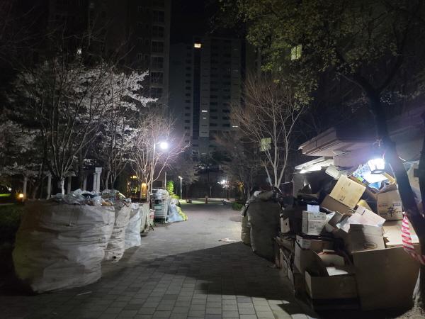 코로나19로 1.5배 이상 늘어난 쓰레기와 재활용품이 산더미처럼 쌓여 있다.
